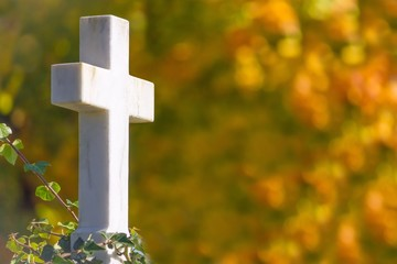 Kreuz mit Herbstlandschaft im Hintergrund