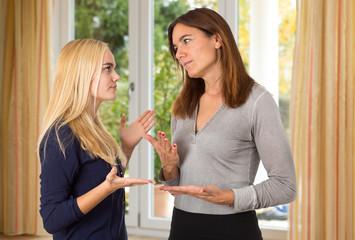 Mutter diskutiert mit Tochter - Pubertät, Konflikt