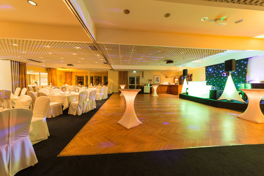 Bestuhlter Festsaal für eine Hochzeitsfeier