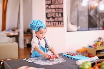 Un jeune enfant joue à cuisiner des gâteaux