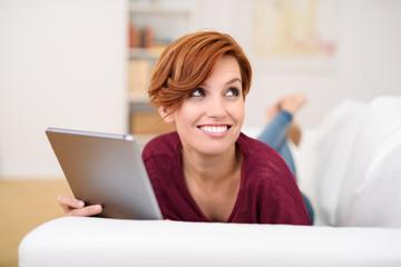 moderne junge frau mit tablet-pc in ihrer wohnung