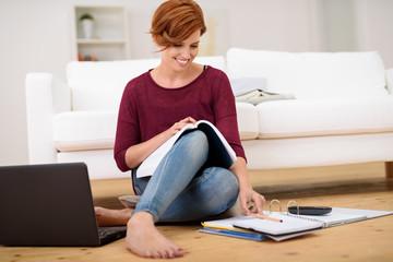 studentin arbeitet zuhause an einer schriftlichen arbeit