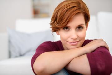portrait einer attraktiven frau mit braunen augen