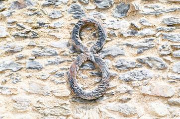 Steinmauer mit Schmiedeeisenzahl
