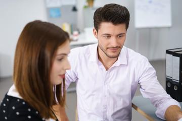 zwei geschäftsleute unterhalten sich im büro
