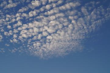 перистые облака на фоне голубого неба