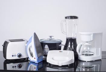 Electrodomésticos de cocina sobre un fondo neutro