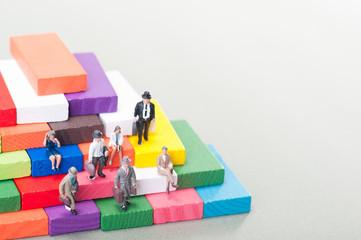 カラフルな階段に座っているビジネスマンの集団