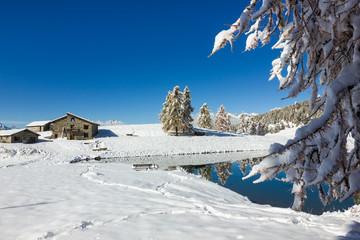 Lago alpino di montagna in inverno