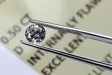 geschliffener Diamant mit Zertifikat