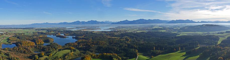 Panorama-Luft vom Chiemsee und den Chiemgauer Alpen