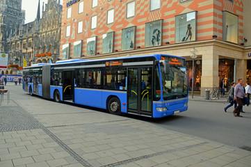 Рейсовый автобус на улице Мюнхена, Германия