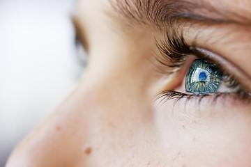 Fototapeta premium wnikliwe spojrzenie niebieskie oczy chłopca