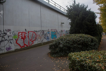 Bahnbrücke mit Graffitis
