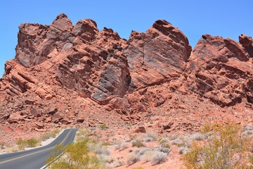 Valley of fire in der Mittagssonne mit Straße