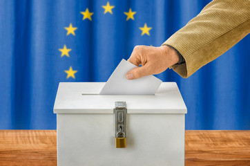 Mann wirft Stimmzettel in Wahlurne - Europäische Union