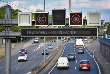 Fototapete - Verkehrstelematik an Autobahn – Verkehrsleitsystem Display mit Geschwindigkeitsbegrenzung