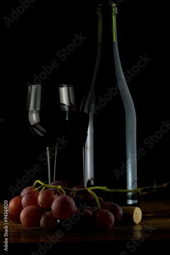 Bottiglia E Bicchiere Di Vino Rosso Con Uva Rossa Su Tavolo Antico