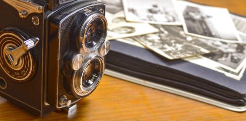 Antigua cámara de carrete de medio formato y álbum de fotos.