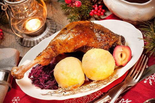 Weihnachtsmenü. Gänsekeule mit Knödeln und Rotkohl