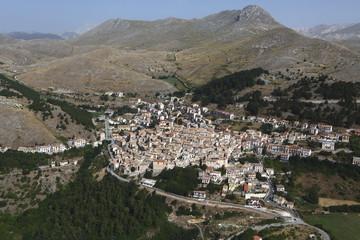 Vista aerea del centro abitato di Casteldelmonte, Abruzzo, Italia