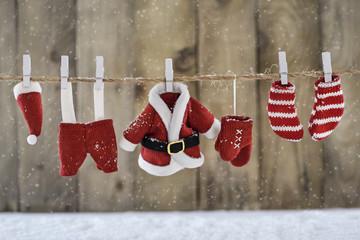 Weihnachtlicher Hintergrund mit Nikolauskleidung