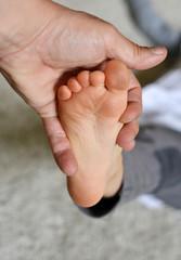 Kind mit Dreckspatz Füßen