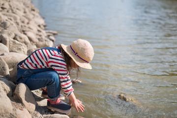 池で遊ぶ女の子