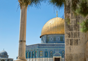 the golden dome of the rock at jerusalem