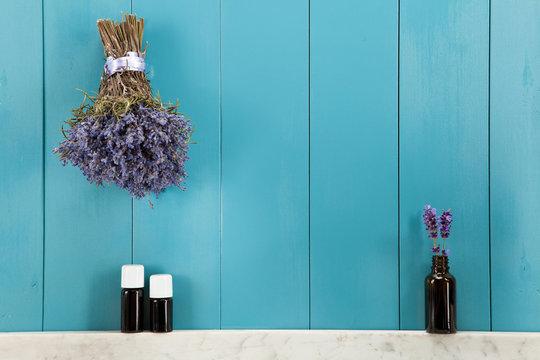Ätherische Öle aus Lavendel in mediterranen Ampiente