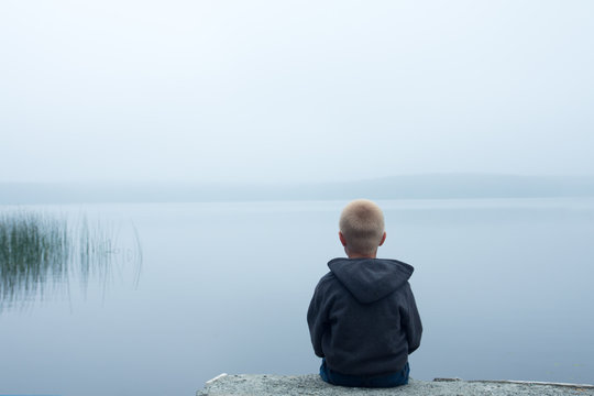 child in foggy day