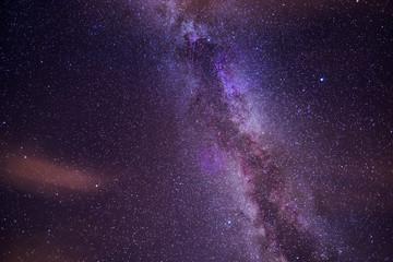 Wunderschöne Milchstraße von einem hohen Berg aus fotografiert