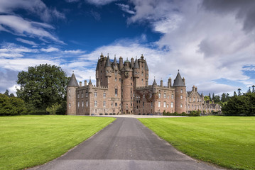 Fotorolgordijn Kasteel View of Glamis Castle in Scotland, United Kingdom. Glamis Castle is situated beside the village of Glamis in Angus. It is the home of the Countess of Strathmore and Kinghorne, and is open to public.