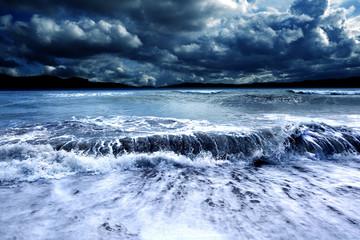 Paisaje marino tormentoso. Océano y tormenta. Olas y cielo nublado oscuro