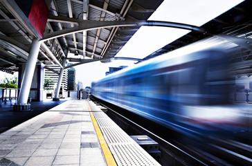 Concepto de viajes, estación de Tailandia, Bangkok, Skytrain. Vagón de ferrocarril y velocidad