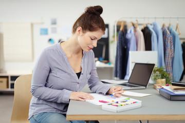 junge designerin fertigt eine skizze an