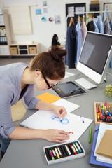 junge frau arbeitet als modedesignerin