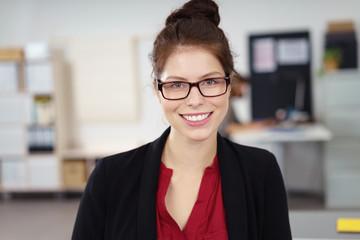 lächelnde junge geschäftsfrau mit brille