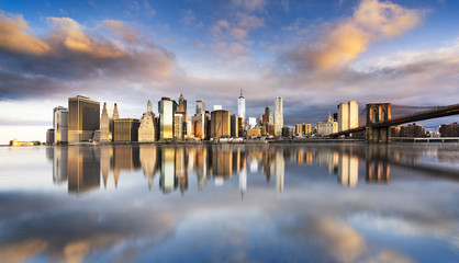 Fototapete - New York City - beautiful sunrise over manhattan with manhattan and brooklyn bridge USA