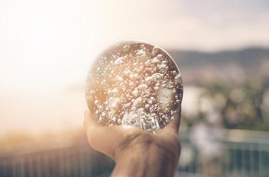sfera di cristallo tra i raggi del sole