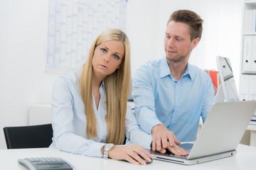Junge Frau ist genervt von Zudringlichkeit des Kollegen