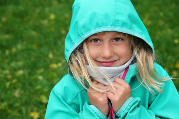 Glückliches kleines Mädchen in Softshell-Jacke