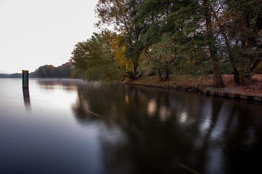 Griebnitzsee in Potsdam am frühen Herbstmorgen