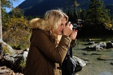 Junge Frau mit Digitalkamera