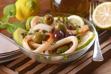 insalata di calamari con olive, capperi e limone