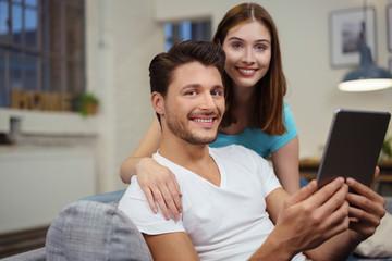 modernes paar mit tablet-pc in ihrer wohnung