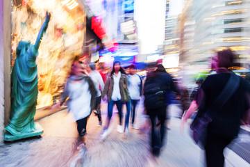Bild mit kreativer Bewegungsunschärfe von Menschen unterwegs auf den Straßen von Manhattan, NYC