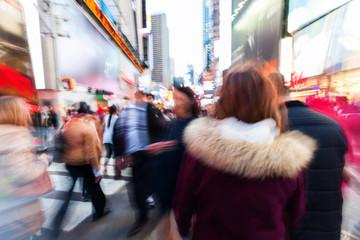 Bild mit kreativem Zoomeffekt einer Menschenmenge in Manhattan, New York City