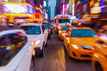 Bild mit kreativem Zoomeffekt vom Straßenverkehr im nächtlichen Manhattan, New York City