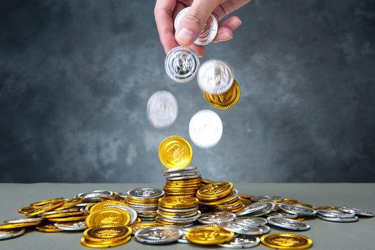 手から落ちるコイン,たくさんのお金